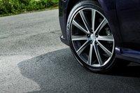 Все версии 2.0GT DIT оснащены оригинальными 18-дюймовыми алюминиевыми дисками и насадкой на выхлопную трубу цвета темно-серый металлик. На кожухе двигателя и на задней части автомобиля красуются эксклюзивные эмблемы. Салон оборудован уникальными сидениями из натуральной кожи, прошитыми голубой строчкой.