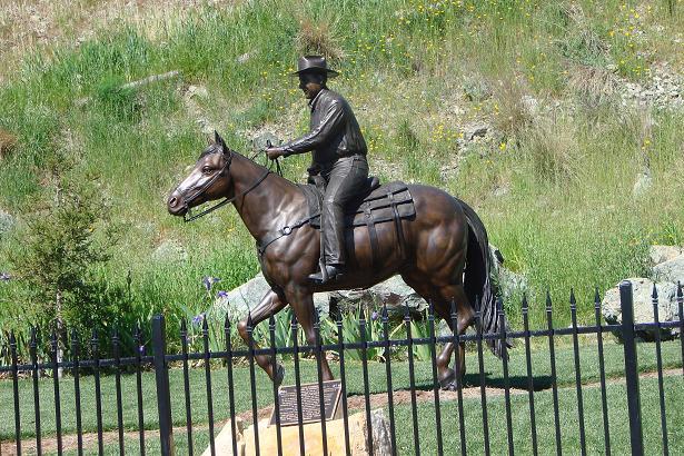 Памятник основателю Алексу Мадонне. Пальмы в иллюминации.