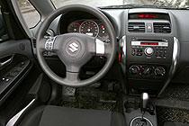 В «топовой» комплектации управление магнитолой выведено на руль. В остальном же скромно, достаточно строго, и, на наш несправедливый взгляд, немного скучновато.