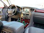 Места водителя и пассажира разделяет внушительный подлокотник, который явно стремится подчеркнуть внутренний простор.