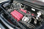 На автомобиле Honda NSX-R стоит 3,2-литровый 6-цилиндровый V-образный двигатель, развивающий мощность в 280 л.с. и крутящий момент в 31,6 кг-м. Конечно, по современным меркам назвать такую характеристику выдающейся нельзя, однако это только до тех пор, пока сравнение идет на бумаге. Но стоит только оказаться за рулем NSX, и попытаться лишь чуть-чуть придавить акселератор, как автомобиль показывает такую готовность ответить резким увеличением тяги, что сразу понимаешь: радость откровенного диалога с машиной тебе обеспечена.