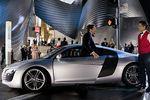 В настоящее время представление о типичном автомобиле Audi премиум-класса претерпевает существенные изменения. Как и прежде, при создании такого автомобиля используются самые передовые технологии, а новизна состоит в том, что теперь в нем вполне допустимо то, что иногда называют смешением жанров. На снимке — кадр из фильма «Железный человек», в котором главный герой предпочитает всем прочим автомобилям модель Audi R8 (в Японии выход картины намечен на осень этого года).