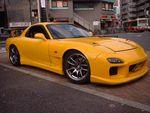 Таким был этот автомобиль в далекой Японии. Вызывающе желтый цвет выдает его принадлежность к юбилейной серии, но во всем остальном — стандартный кузов и, по словам нынешнего владельца, совершенно никчемные колесные диски.