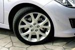 Автомобиль Atenza Sport Z, как, впрочем, и Wagon, стоит на шинах размером 225/45 R18. Поскольку шины довольно широкие, разработчики вынуждены были составлять для электрического усилителя руля (EPS) свою особую программу. И, судя по всему, со своей задачей они справились успешно, поскольку, когда управляешь таким автомобилем, возникает такое замечательное чувство руления.