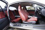 На снимке — салон Type E в красном кожаном убранстве. Сидения могут быть на выбор или черные, или красные, или бежевые, причем такой богатый выбор есть только у этой машины.