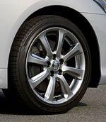 На снимке — диски колес, которыми стандартно комплектует автомобиль Crown Royal Saloon. Размер используемых на них покрышек — 215/55 R17. Как видите, колесо алюминиевое, с 10-ю спицами, в то время как на стандартном колесе машины Athlete таких спиц только 8. Правда, размер шин у него тоже другой — 225/45 R18. Несмотря на возросшие габариты, наименьший радиус поворота у машины прежний- 5,2 метра.