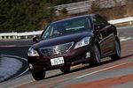 Все без исключения автомобили оснащаются автоматической электронной системой управления VDIM, которая объединяет такие подсистемы, как ABS (антиблокировочная система тормозов), VSC (система предотвращения боковых заносов), TRC (система слежения за сцеплением колес с дорогой) и ECB (электрический управляемый тормоз). В автомобилях Crown Hybrid, а также Crown Athlete самой высшей категории, выпуск которых намечен на ближайшее время, VDIM будет также включать в себя подсистему VGRS, подбирающую оптимальное для данной скорости движения рулевое передаточное число. И еще: за некоторым исключением, все машины стандартно оборудуются системой NAVI-AI-AVS, которая позволяет бортовому навигатору со встроенным жестким диском считывать с географической карты информацию о встречающихся на пути машины поворотах и стыках дорожного полотна, с тем, чтобы в нужный момент правильно сориентировать амортизаторы подвески.