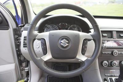 Посадка на место водителя, как и на место пассажира, в Suzuki не вызывает отрицательных эмоций, но подножка пришлась бы кстати.