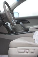 Рычажки управления электроприводом сидений в Acura MDX.