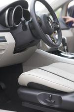 Рычажки управления электроприводом сидений в Mazda CX-7.