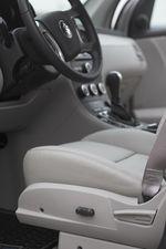 Рычажок управления электроприводом сидений в Suzuki XL7.