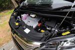 Оба двигателя, которые стоят на вооружение модельного ряда Alphard/ Vellfire, уже опробованы в автомобилях Toyota Estima и Mark X Zio. На снимке представлен один из них — 6-цилиндровый V-образный мотор рабочим объемом в 3,5 литра, который способен, и в этом нет никаких сомнений, резко разогнать движимый им автомобиль. И, тем не менее, с учетом всех показателей, характеризующих данный двигатель, наш эксперт рекомендует не его, а менее мощный 4-цилинровый движок, в том числе и потому, что его удачно дополняет хорошо подобранный бесступенчатый вариатор CVT, который, по его мнению, в большинстве случаев действует настолько естественно, что его трудно отличить от «автомата».
