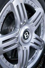 На снимке 20-дюймовые литые колеса от японской BBS. В глубине виднеется карбоновый тормозной диск диаметром 420 мм и, поскольку это переднее колесо, 8-поршневой тормозной суппорт.