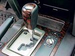 Рядом с селектором автомата ручка «круиз-контроля» для бездорожья. Автомобиль поддерживает постоянную скорость (1, 3 и 5 км/ч), независимо от покрытия и рельефа.