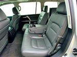 В «Тойоте» комфорт трем пассажирам на втором ряду гарантирован. Кроме того, сиденья можно подвигать вперед-назад.