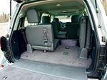 В «Тойоте» на откидных креслах взрослому не просторно, хотя спинку можно отрегулировать по наклону. В борту, прикрывающем примерно треть багажного отделения, спрятан инструмент для замены колеса.