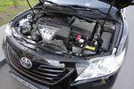Toyota Camry — моторный отсек, японская сборка. Под капотом установлен рядный 4-х цилиндровый бензиновый мотор с рабочим объемом 2 362 см³. Мощность 167л.с. при 6 000 об/мин, крутящий момент 224 Нм при 4 000 об/мин.