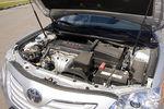Toyota Camry — моторный отсек, российская сборка. Под капотом установлен рядный 4-х цилиндровый бензиновый мотор с рабочим объемом 2 362 см³. Мощность 167л.с. при 6 000 об/мин, крутящий момент 224 Нм при 4 000 об/мин.