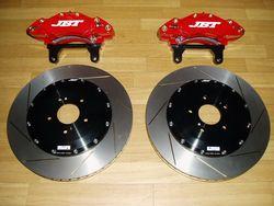 Передние тормоза JBT (6 поршней, диски 380х34 мм).