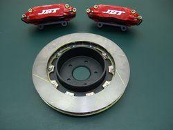 Задние тормоза JBT (4 поршня, диски 355х32 мм).