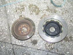 Сравнение стоковых задних тормозов Nissan Stagea и новых.