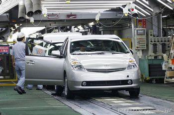 Сборочная линия на японском заводе Цуцуми (компания Toyota). На переднем плане —Toyota Prius. Обратите внимание на расположение дворников, они сделаны под водителя слева.