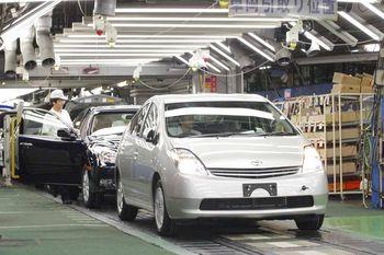 Сборочная линия на японском заводе Цуцуми (компания Toyota). На переднем плане —Toyota Prius с правым рулем. За ним — предыдущее поколение Toyota Camry.