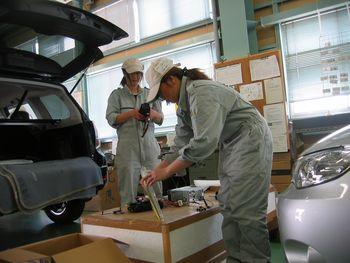 Японский завод Гунма компании Subaru. Японки доделывают Subaru Forester. Фото: spec G.