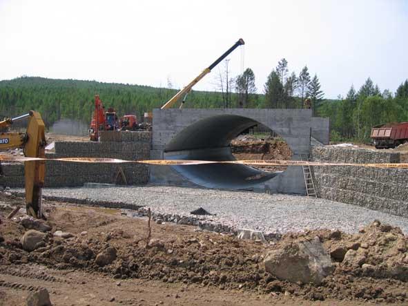 Строят мосты через ручьи. Ближе к Чите основательно ремонтируют федералку. В качестве фундамента используют камни, которые укладывают в специальную сетку.