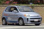 Первоначально автомобиль FCX планировали оснащать топливным электрогенератором, разработанным в 1999 году американской компанией Ballad. В 2001 году Honda сделала свой водородный электрогенератор и приняла на вооружение его. В конце 2002 года несколько таких машин было заказано кабинетом министров, и еще несколько — муниципалитетом Лос-Анджелеса. В 2003-м году впервые в мире компании удалось создать водородный реактор, способный запускаться при -20 градусах по Цельсию. В 2005 году, опять же, впервые в мире, машина стала предлагаться в аренду частным лицам. На фотографии запечатлена последняя версия FCX образца 2005 года, которая, как утверждают ее создатели, способна пробежать без дозаправки 430 км, и развивать скорость до 150 км/час.