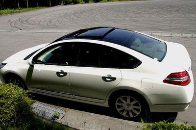 На снимке представлена модель Teana 350XV, кузов которой оборудован стильным стеклянным верхом. На машину он совсем не «давит», отчего она кажется невесомой и необыкновенно свежей.