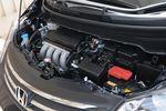 Если открыть капот, то не сразу поймешь, что это моторное отделение нового Freed, а не старого Fit RS, настолько там все, включая сам двигатель, у этих машин двух одинаковое. Правда, двигатель Freed несколько слабее и по развиваемой мощности (-2 л.с.), и по крутящему моменту (-0,1 кг-м).