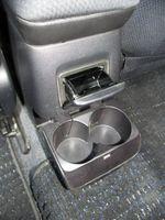 К услугам задних пассажиров пепельница и двойной откидной подстаканник.