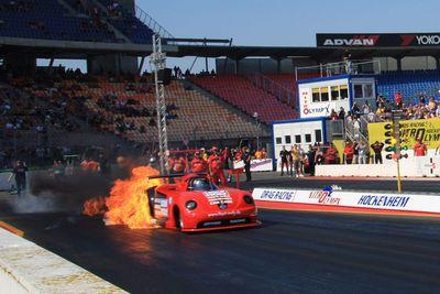 WV New Beetle загорелся моментально при старте. Если бы не подоспевшие пожарные, машина могла бы выгореть полностью.