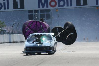 Только с помощью таких парашютов можно успеть оттормозиться со скорости в 400 и свыше км/час. Даже с учетом того, что зона торможения на этом профессиональном дрэгстрипе составляет чуть меньше километра...