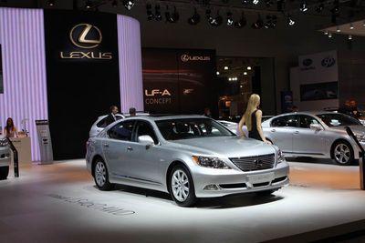 Полноприводный Lexus LS 460.