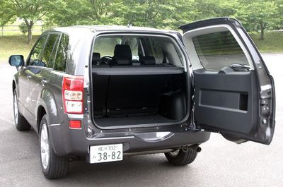 Задняя дверь багажника вешается на левосторонние петли, а снаружи на нем еще имеется запасное колесо. Казалось бы, вся эта дверная конструкция должна быть довольно тяжела. Тем не менее, когда нужно открыть, дверь поддается легко, как будто она совсем невесома.