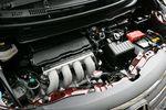Перед вами 1,5-литровый двигатель с плавным регулированием фаз газораспределения и величины открытия клапанов (система i-VTEC), который помимо прочего, можно увидеть на автомобиле Honda Fit 1.5RS. Автомобиль, вооруженный таким мотором, который, двигаясь в контрольном режиме 10/15, способен на одном литре бензина пробежать 16,4 км, если он на переднем приводе, или же если привод полный типа On demand 4WD (на двух гидронасосах), тогда 14,0 км. Переднеприводные модели оснащаются таким же бесступенчатым вариатором (собственная разработка компании Honda), который стоит на вооружении модельного ряда Fit, что касается автомобилей на полном приводе, то там вместо вариатора используется 5-ступенчатый «автомат».