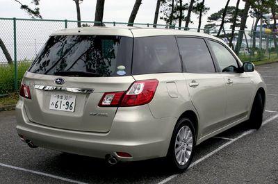 Модели Exiga 2.0i-L и 2.0i можно отличить от всех прочих тем, что у них отсутствует задней верхний козырек над дверью багажника. Колеса у этих машин также другого размера: 205/60 R16, то есть, рассчитанные на езду в умеренном, спокойном темпе.