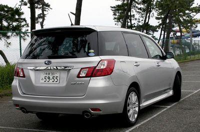 На фотографии представлена модель Exiga 2.0i-S с приводом AWD. Как видите, дверь багажника сверху прикрывается козырьком, который является отличительным признаком этого автомобиля. Его предназначение — защитить заднее стекло от грязи.