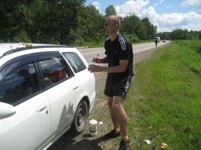 Третье по счёту, но не по важности. Мой друг и напарник по поездке – Денис покрывает слоем клея ПВА наш автомобиль, поверх «жидкого чехла».