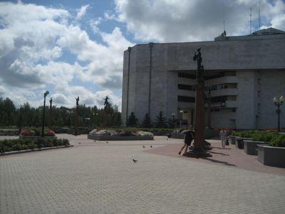 Площадь перед театром в центре города.