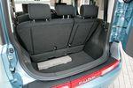 Объем багажника можно увеличить, сложив и продвинув вперед задние сиденья: длина их хода теперь больше на два сантиметра. Длина поверхности пола — 820мм. Но даже при самом заднем положении сидений в багажник легко помещается объёмистый чемодан.