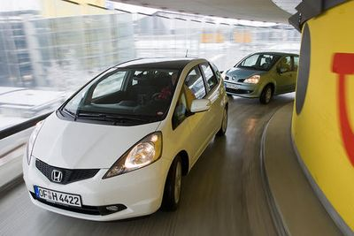 В охоте за места на городской стоянке им и так нет равных. Но Honda Jazz и Renault Modus желают достигнуть еще большего успеха в роли смышленного и современного первого четырехколесного друга человека.