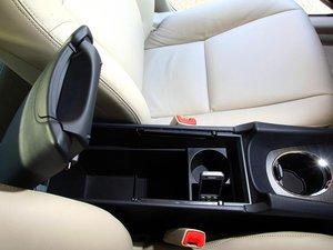 Вместительный бардачок в среднем подлокотнике Avensis