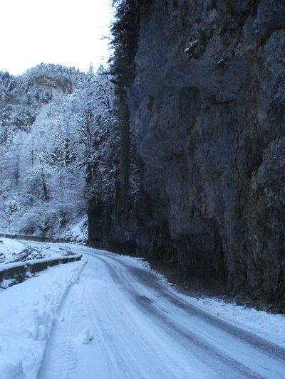 Дорога и скалы.