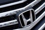 Эмблема компании Honda на решетке радиатора седана Honda Legend
