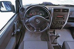 На приборной панели имеются и кнопки управления полным приводом: в эргономичном кокпите Jimny три кнопки служат для распределения движущей силы. Клавиша 4WD-L приводит в действие понижающий редуктор.
