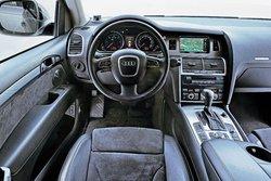 Море кнопок в Audi: средняя консоль Q7 с регулятором навигатора MMI и кнопками управления мультимедийной системы укомплектована по полной программе. Есть ли здесь намек на полный привод? Нет, лишь в виде надписи на решетке радиатора.