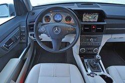 В кокпите GLK Mercedes все кнопки управления режимами для внедорожных поездок выведены на одну панель. Однако программа для езды по гравию не помогает ехать по глубокому снегу.